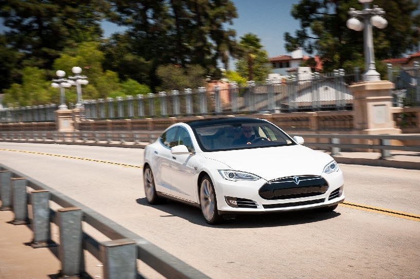 http---image.motortrend.com-f-roadtests-oneyear-alternative-1401_2013_tesla_model_s_p85_update_1-60269400-2013-Tesla-Model-S-front-end-view-in-motion.jpg