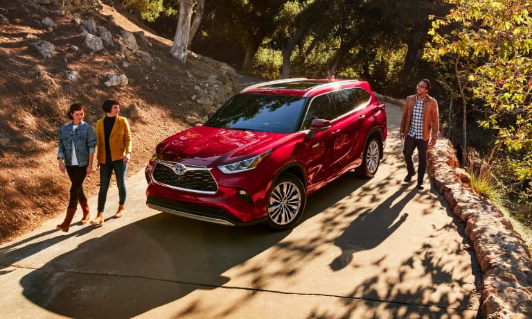2020 Toyota Highlander with friends outside