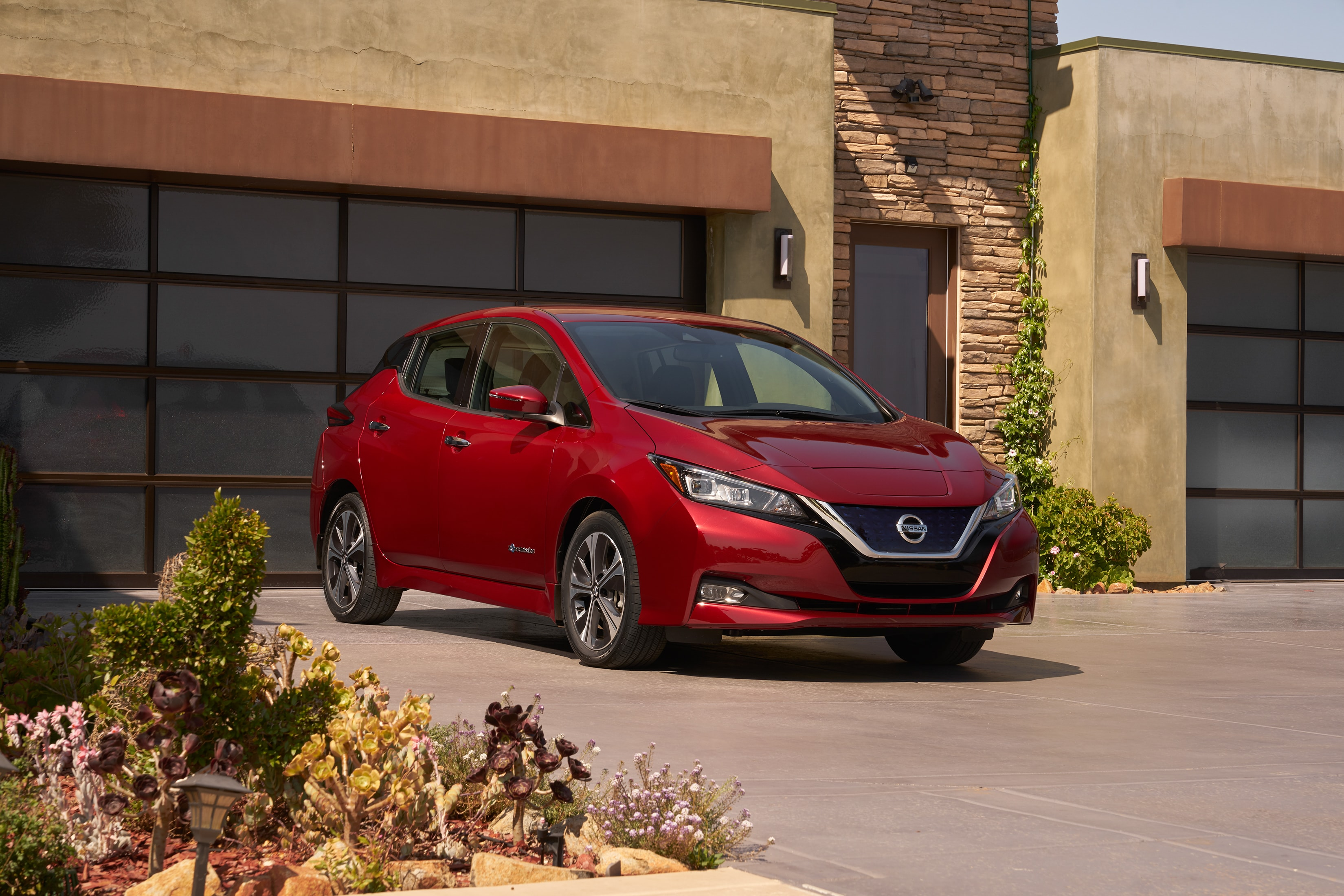 VIDEO: 2018 Nissan LEAF Stuns With Higher Range U0026 More Autonomous Driving  Tech