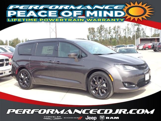 New 2019 Chrysler Pacifica TOURING L Passenger Van near Fayetteville