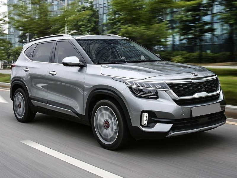 2021 Kia Seltos crossover in-motion driving city street