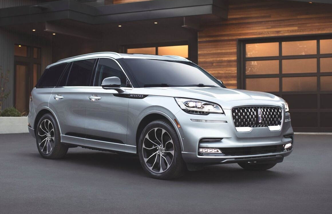 Front passenger side view of the 2020 Lincoln Aviator exterior parked outside a home garage