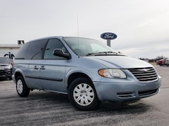 2005 Chrysler Town & Country SWB FWD Minivan