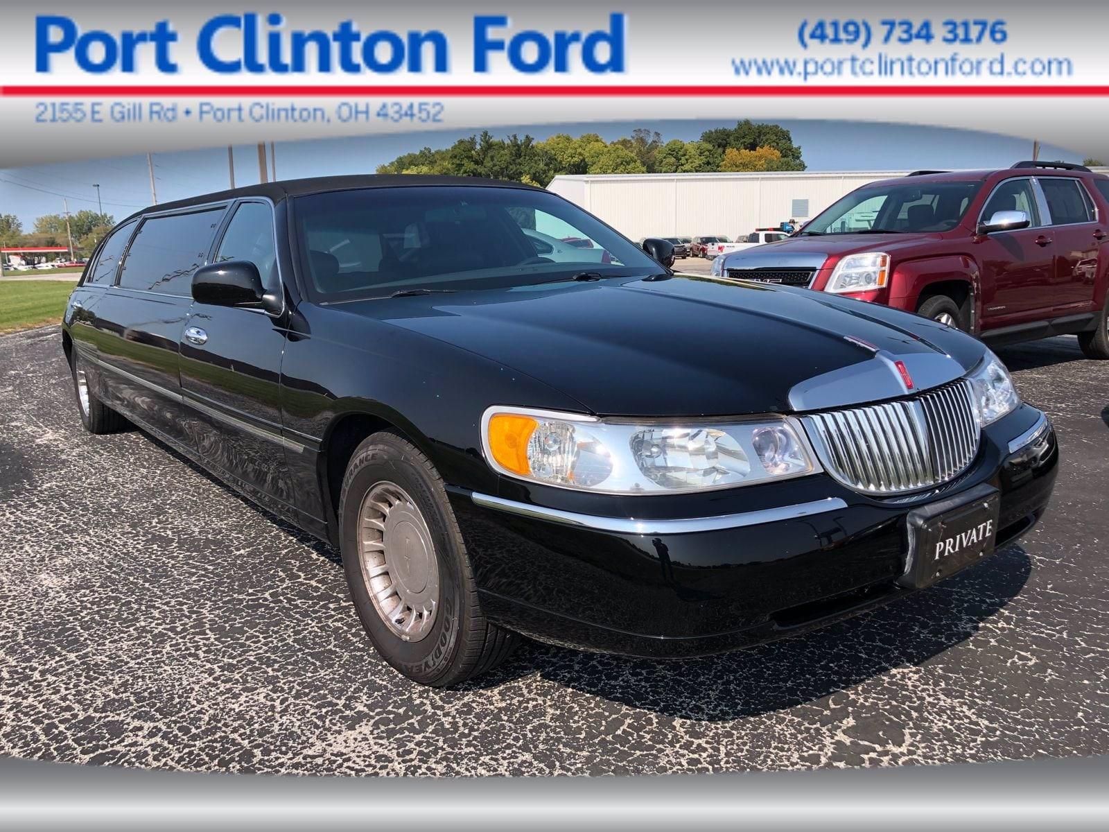 2000 Lincoln Town Car Signature Sedan