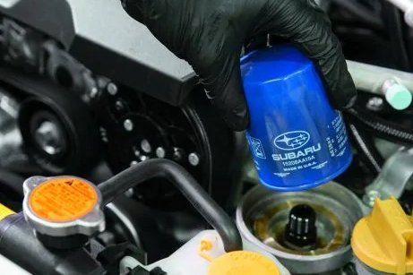 hand removing oil filterr