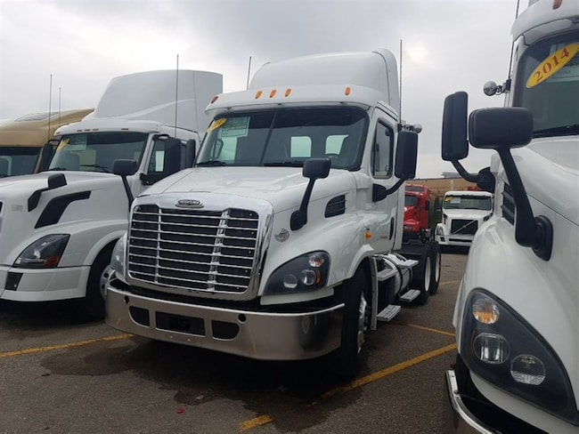 2014 FREIGHTLINER DAY CAB - LOW MILEAGE