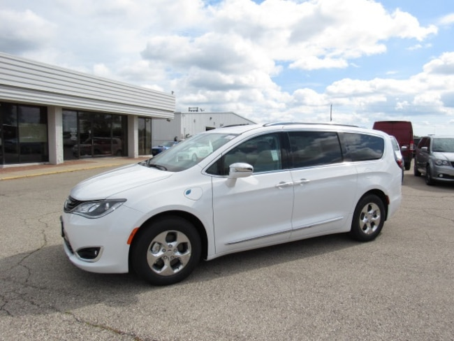 2018 Chrysler Pacifica Hybrid LIMITED Passenger Van For Sale in Milwaukee, WI