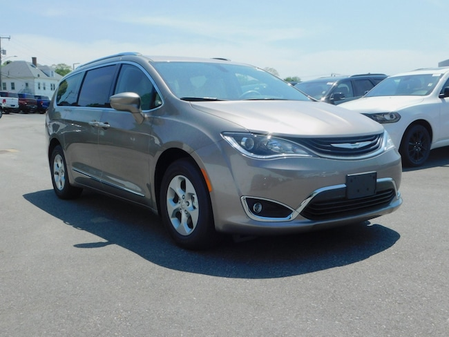 New 2018 Chrysler Pacifica Hybrid TOURING L Passenger Van Near Norwich