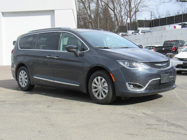 New 2019 Chrysler Pacifica TOURING L Passenger Van Near Norwich