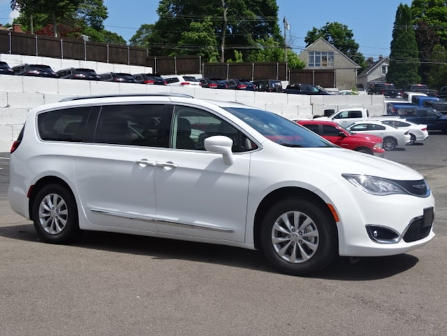 New 2018 Chrysler Pacifica TOURING L Passenger Van Near Norwich