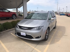 Used 2017 Chrysler Pacifica Limited Van 2C4RC1GG6HR763004 for Sale in California, MO