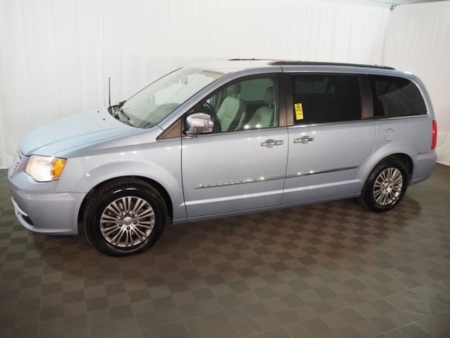 Used 2013 Chrysler Town & Country Touring-L Minivan/Van in Farmington Hills, MI