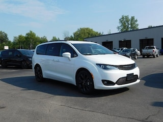 New 2018 Chrysler Pacifica TOURING L Passenger Van in Williamsville, NY