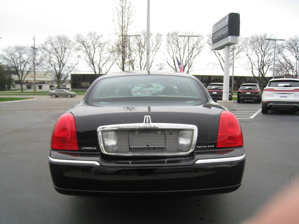 Used 2010 Lincoln Town Car   VIN 2LNBL8CV0AX601199   For Sale