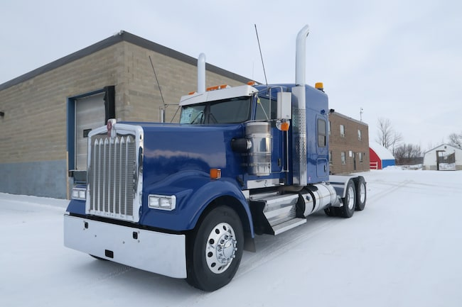 2017 KENWORTH W900L  - KING RIDE IN MINT CONDITION!