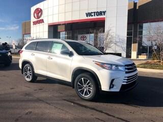 New 2019 Toyota Highlander XLE V6 SUV 5TDJZRFH2KS576216