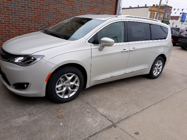 New 2019 Chrysler Pacifica TOURING L Passenger Van for sale in Clinton, IL