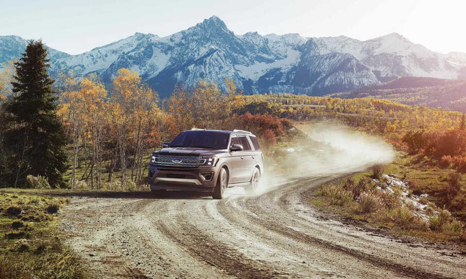 A 2018 Ford Expedition kicking up dust
