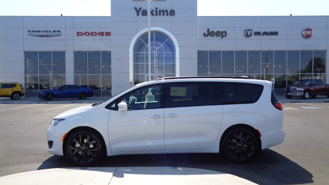 New 2018 Chrysler Pacifica LIMITED Passenger Van in Yakima, WA